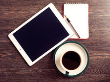 Digital-Tablet-Computer mit Briefpapier und Tasse Kaffee Lizenzfreie Stockfotos