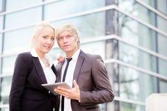 Digital tablet för affärskvinnaman Fotografering för Bildbyråer