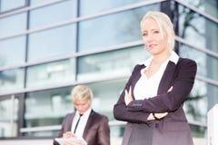 Digital tablet för affärskvinnaman Arkivbild