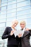 Digital tablet för affärskvinnaman Royaltyfri Fotografi