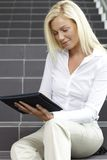 digital tablet genom att använda kvinnabarn Royaltyfria Bilder