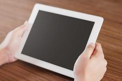 Digital-Tablet mit auf Tabelle lizenzfreies stockbild
