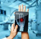 With Digital Tablet Scans医生耐心手,在医学概念的现代X-射线技术 免版税图库摄影