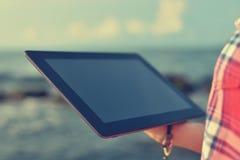 digital tabletkvinna royaltyfria foton