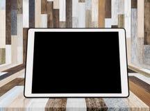Digital-Tablette auf hölzernem Hintergrund, mit leerem schwarzem Schirm für Kopienraum Stockbilder