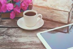Digital-Tablette, bunte Bleistifte und Tasse Kaffee auf dem alten Holztisch im Freien im Park Lizenzfreie Stockfotos