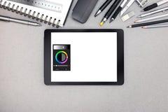 Digital-Tablette, gewundenes Notizbuch und verschiedene Ziehwerkzeuge auf gra Stockfotografie
