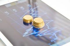 Digital-Tablette mit Geschäftsdiagramm und -diagrammen auf Anzeige stockfotos