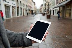 Digital-Tablette mit lokalisiertem Schirm in den männlichen Händen Lizenzfreies Stockfoto