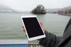 Digital-Tablette mit lokalisiertem Schirm in den männlichen Händen Stockbilder