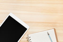 Digital-Tablette und -papier auf Holztisch Lizenzfreie Stockfotografie
