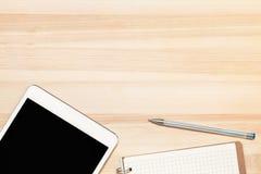 Digital-Tablette und -papier auf Holztisch Stockbild