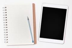 Digital-Tablette und -papier auf weißem Hintergrund Stockfoto