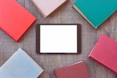 Digital-Tablettenspott herauf Schablone mit Büchern für eBook APP-Darstellung stockfotografie
