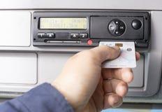 Digital-Tachograph und -fahrer übergeben die Einfügung der digitalen Karte in den Schlitz für den zweiten Fahrer lizenzfreie stockfotografie