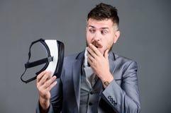 Digital teknologi för affär Modern teknologi för affärsverktyg Virtuell verklighet för affärsman modern grej arkivfoto