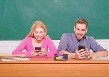 Digital v?rld Hem- skolg?ng Par av mannen och kvinnan i klassrum tillbaka skola till modern skola Deltagaren av den h?ga gruppen  royaltyfria bilder