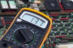 Digital voltmeter och PCB Fotografering för Bildbyråer
