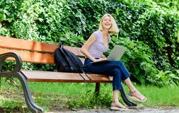 Digital-Welt glückliche Frauenarbeit über Laptop Getrennt auf wei?em Hintergrund Kaffeepause am Business-Lunch Moderne Gesch?ftsf stockfotografie