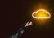 Digital-Wolkenikone als Symbol der drahtlosen Verbindung auf dunklem Hintergrund Stockfoto