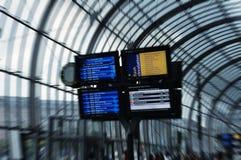 Digital-Zeitplanvorstand am Bahnhof Lizenzfreies Stockfoto