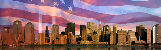 Digital-Zusammensetzung: Manhattan-Skyline, World Trade Center beleuchten Denkmal, amerikanische Flagge Stockfotografie