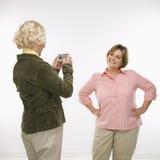 digitala användande kvinnor för kamera Royaltyfri Foto