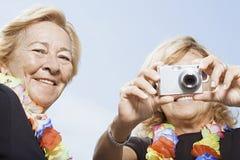 digitala användande kvinnor för kamera Arkivbilder