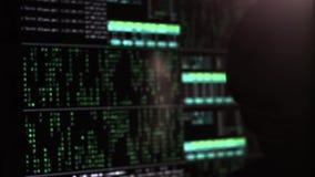 Digitala Blure Enen hacker i en maskering på bakgrunden av den binära koden stock video
