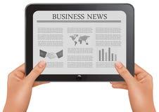 digitala händer för affär som rymmer nyheternaPCtableten Arkivfoton