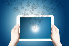 digitala händer som rymmer punkt, tablet white Fotografering för Bildbyråer
