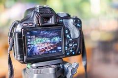 Digitala kameror tar bilder, bordlägger uppsättningar, stolar royaltyfri bild