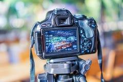 Digitala kameror tar bilder, bordlägger uppsättningar, stolar arkivfoto