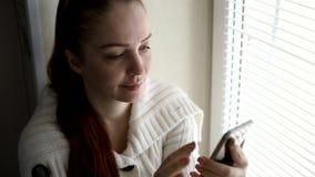 Digitala teknologier och kommunikationer, medel?lders kvinna som bl?ddrar internetplatser p? smartphonesk?rmen som f?rbi sitter stock video