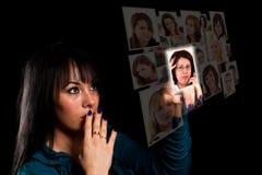Digitalanzeige mit Gesichtern Stockbilder