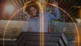 Digitale animatie die het glimlachen discojockey tonen die muziek in bar mengen royalty-vrije illustratie