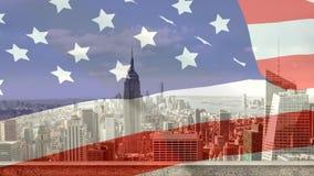 Digitale animatie die van Amerikaanse vlag in de wind tegen de stad slingeren stock video