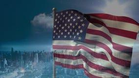Digitale animatie die van Amerikaanse vlag in de wind tegen de stad slingeren stock videobeelden