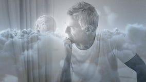 Digitale animatie van de ongerust gemaakte mens die door venster kijken stock footage
