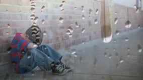 Digitale animatie van verstoorde jongenszitting tegen de muur met neer hoofd stock videobeelden