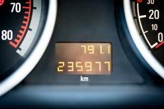 Digitale autoodometer in dashboard Gebruikt voertuig met afstand in mijlenmeter stock foto