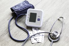 Digitale bloeddrukmonitor op houten achtergrond Royalty-vrije Stock Foto