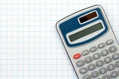 Digitale calculator op geregelde document achtergrond Stock Foto