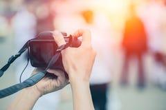 Digitale camera DSLR-als het gebruiken van het achterlcd scherm stock afbeelding