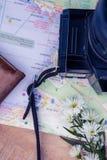 Digitale camera en kaart en bloemen Stock Fotografie