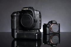 Digitale camera met grijze achtergrond royalty-vrije stock fotografie