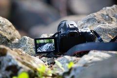 Digitale camera met het scharnierend scherm royalty-vrije stock afbeelding