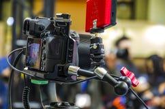 Digitale camera met mobiele 5G stock foto's