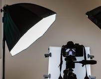Digitale camera met softbox en stillevenlijst op de achtergrond Stock Fotografie