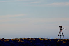 Digitale camera op een driepoot met zonsonderganghemel Royalty-vrije Stock Fotografie